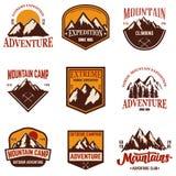 Uppsättning av bergemblem Fotvandra turism, extrem expedition Designbeståndsdel för logoen, etikett, tecken, affisch, kort, t-skj royaltyfri illustrationer