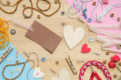 Uppsättning av beståndsdelar för hemslöjd och dekorativa objekt för handgjort på träbakgrund Lekmanna- lägenhet Fotografering för Bildbyråer