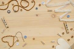 Uppsättning av beståndsdelar för hemslöjd och dekorativa objekt för handgjort på träbakgrund Lekmanna- lägenhet Royaltyfria Bilder