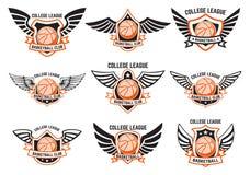 Uppsättning av bevingade emblem med basketbollen Planlägg beståndsdelen för logoen, etiketten, emblemet, tecken Arkivbilder