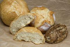 Uppsättning av bröd på brunt papper Royaltyfri Bild