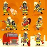 Uppsättning av brandmannen på arbete Arkivbilder