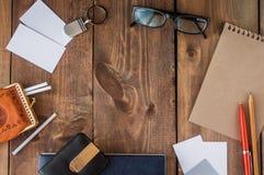 Uppsättning av brevpapperbeståndsdelar på wood bakgrund Royaltyfri Foto