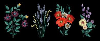 Uppsättning av broderibuketten på svart bakgrund Olika blommasammansättningar, vildblommor Folk fodrar den moderiktiga modellen f stock illustrationer