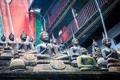 Uppsättning av Buddhastatyer och små stupas i den Gangaramaya templet Royaltyfri Fotografi