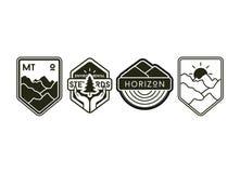 Uppsättning av campa etiketter och emblem för tappning stock illustrationer