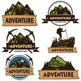 Uppsättning av campa logoer, mallar, vektordesignbeståndsdelar, utomhus- affärsföretagberg och Forest Expeditions Tappningemblem  stock illustrationer