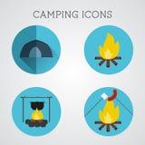 Uppsättning av campa symboler och symboler Den plana designen på blått knäppas bakgrund Logo 2015 för sommarsemester stock illustrationer