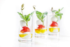 Uppsättning av canapes i exponeringsglas med mozarella-, tomat- och olivoljagre Royaltyfri Fotografi