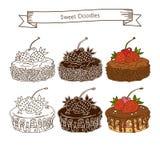 Uppsättning av chokladkakan med körsbär och jordgubbar Royaltyfri Bild