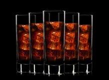 Uppsättning av coctailexponeringsglas med läsk på svart Arkivfoton