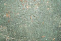 Uppsättning av defekter och sprickor på en gammal målad yttersida, grön textur av ett forntida målat trä, abstrakt bakgrund Royaltyfria Bilder