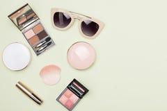 Uppsättning av dekorativa kosmetiska produkter på färgbakgrund Arkivfoton