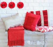 Uppsättning av dekorativa röda kuddar Arkivfoto