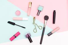 Uppsättning av dekorativa skönhetsmedel, makeuphjälpmedel på mångfärgad backgr Royaltyfri Fotografi