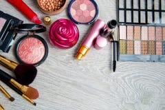 Uppsättning av dekorativa skönhetsmedel och borstar på grå träbakgrund Olika makeupprodukter Bästa sikt, ram kopiera avstånd royaltyfria bilder