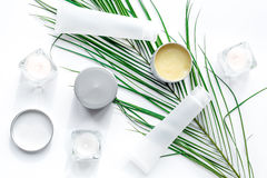 Uppsättning av dekorativa skönhetsmedel på bästa sikt för vit tabellbakgrund royaltyfri fotografi