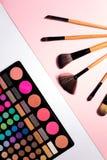 Uppsättning av dekorativa skönhetsmedel på färgbakgrund Royaltyfri Bild