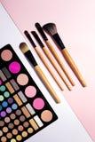 Uppsättning av dekorativa skönhetsmedel på färgbakgrund Fotografering för Bildbyråer