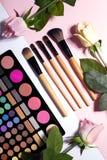 Uppsättning av dekorativa skönhetsmedel på färgbakgrund Arkivfoton
