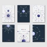 Uppsättning av den abstrakta polygonal mallen för designaffär och vetenskapliga broschyrer, reklamblad och presentationer Moderna Royaltyfria Bilder