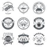 Uppsättning av den beställnings- vektorn för bil- och cykelgarageetikett och emblemdesign Royaltyfri Foto