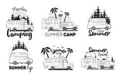 Uppsättning av den campa släplogoen campareskåpbilar mot landskapbakgrund med bokstäverberget, koloni, tur _ stock illustrationer
