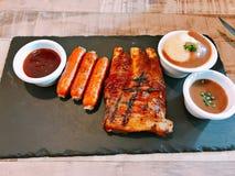 Uppsättning av den grillade grisköttstöd och grisköttkorven Royaltyfria Bilder