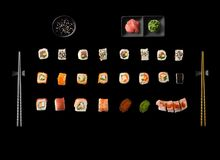 Uppsättning av den japanska sushi som isoleras på vit backgound Royaltyfri Foto