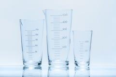 Uppsättning av den koniska dryckeskärlen för mätningar av olik kapacitet Arkivfoto