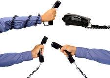 Uppsättning av den manliga handen genom att använda telefonen Arkivfoto
