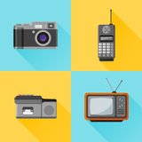 Uppsättning av den retro plana symbolen Fotokamera, mobiltelefon, dictaphone, tvuppsättning royaltyfri illustrationer