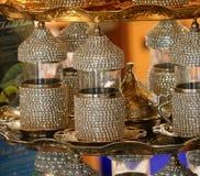 Uppsättning av den rikt dekorerade lilla traditionella turkiska koppen för starkt royaltyfri fotografi