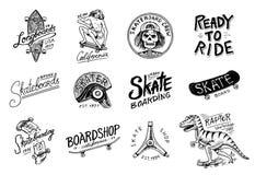 Uppsättning av den Skateboarding etikettlogoen Vektorillustration med skelettet för skateboradåkare Stads- design för emblem, emb royaltyfri illustrationer