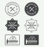 Uppsättning av den tappningsnickerietiketter, emblem, emblem och logoen stock illustrationer