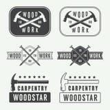 Uppsättning av den tappningsnickerietiketter, emblem och logoen stock illustrationer