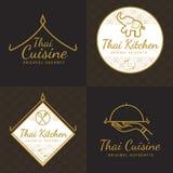 Uppsättning av den thailändska matlogoen för guld- färg, emblem, baner, emblem för asiatisk matrestaurang med den thai modellen royaltyfri illustrationer