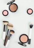 Uppsättning av den yrkesmässiga skönhetsmedlet: sminkborstar arkivfoton