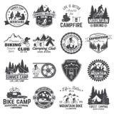 Uppsättning av det cykla och campa klubbaemblemet för berg vektor stock illustrationer