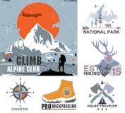 Uppsättning av det utomhus- lägret för tappning och nationalparkemblemen, logoen och designbeståndsdelarna Tappningtryck, berglop vektor illustrationer