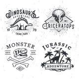 Uppsättning av Dino Logos Begrepp för T-rex skallet-skjorta illustration på grungebakgrund stegosaurusaffärsföretaget parkerar gr royaltyfri illustrationer