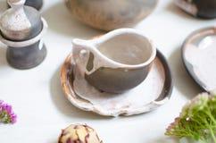 Uppsättning av disk för kaffe från lera Dekorativ cerasmics keramiker Royaltyfri Bild