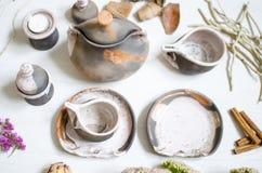 Uppsättning av disk för kaffe från lera Dekorativ cerasmics keramiker Royaltyfri Foto