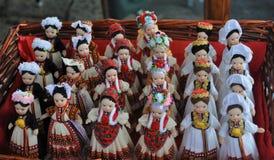 Uppsättning av dockor med Folk dräkter Royaltyfri Bild