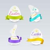 Uppsättning av easter etiketter i form av kaniner och ägg med kulöra krullade band Royaltyfri Foto
