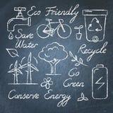 Uppsättning av ekologisymboler och bokstäver på den svart tavlan stock illustrationer