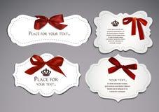 Uppsättning av eleganta kort med röda siden- pilbågar royaltyfri illustrationer