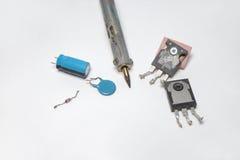 Uppsättning av elektronik: transistorer, kondensatorer, diod och löda Royaltyfria Foton