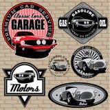 Uppsättning av emblem med den retro bilen på väggen Arkivfoton
