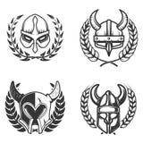 Uppsättning av emblem med medeltida hjälmar och kransar Planlägg beståndsdelen för logoen, etiketten, emblemet, tecken vektor illustrationer